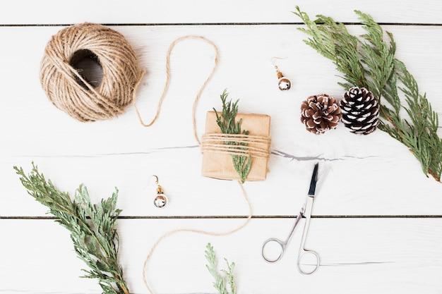 クリスマスプレゼントを包むための工具や装飾品 無料写真