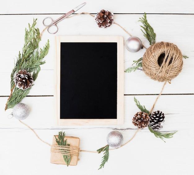 クリスマスの装飾フレームの中の空の黒板 無料写真