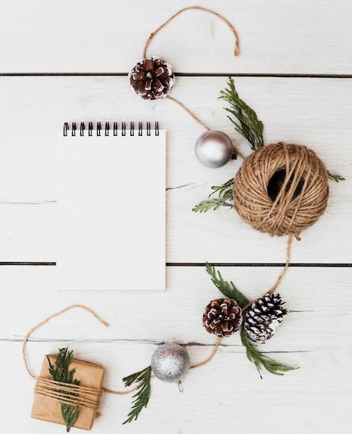 クリスマスの装飾のある空のノートブック 無料写真