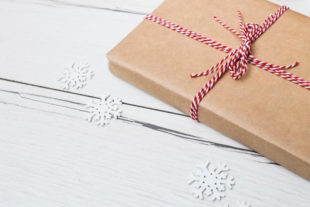 紙の雪片の近くのラップのギフトボックス 無料写真