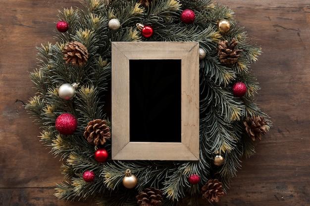 緑のクリスマスの花輪の空のフレーム 無料写真