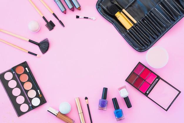ピンクの背景に化粧品の美容製品とプロの化粧品 無料写真