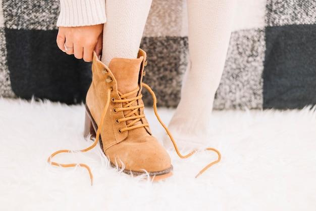 女性が靴を履く 無料写真