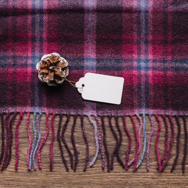チェックしたスカーフのタグ付きコーン 無料写真
