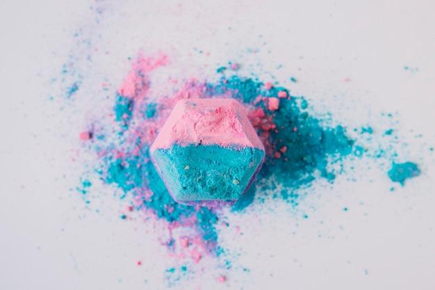 白地にピンクとブルーの色のバス爆弾の立面図 無料写真