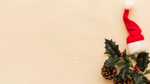 小さなサンタの帽子とホリーの枝 無料写真