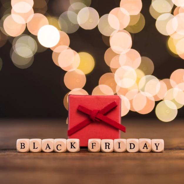 Черная пятница надпись на кубиках с подарочной коробкой Бесплатные Фотографии