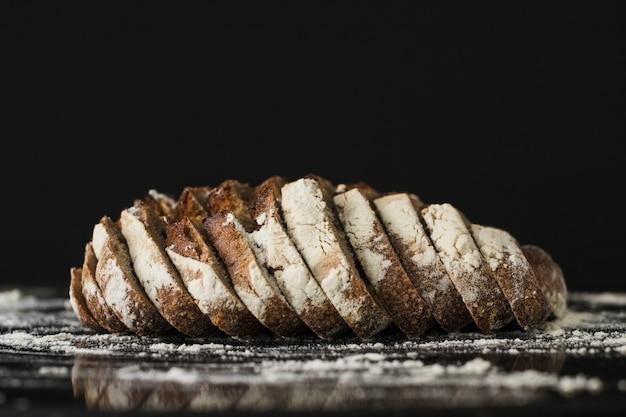 黒の背景にパンのスライス 無料写真