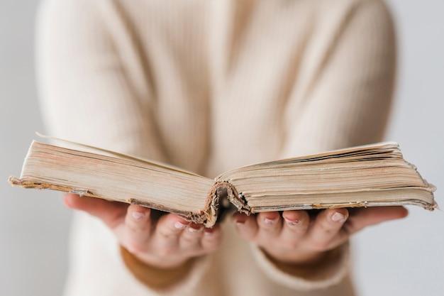 女性の手で開かれた古い本 無料写真