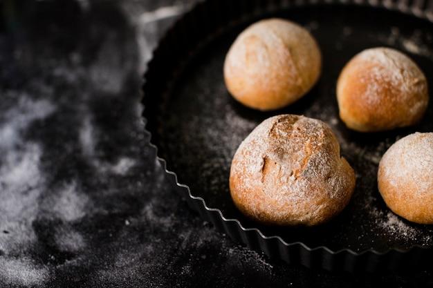 大理石のテクスチャ背景上の皿に丸いパンを焼き 無料写真