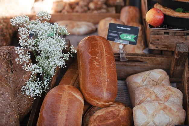 素朴なパンのタグと石膏の花焼きパン 無料写真