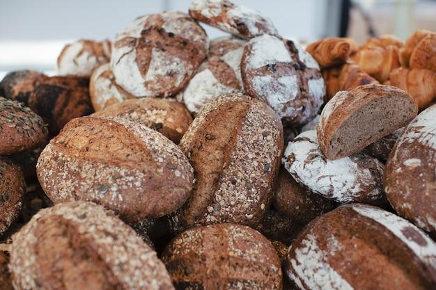 おいしい焼きたての丸ごとパンのヒープ 無料写真
