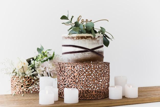 白い背景に対して愛のテキストとおいしいウェディングケーキ 無料写真