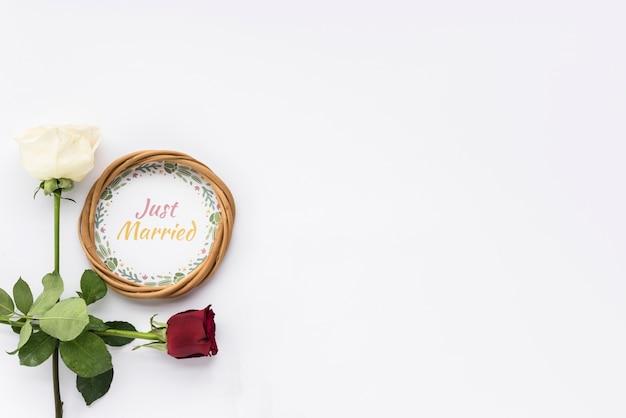 ちょうど結婚テキストと白い表面に花を持つ円形フレーム 無料写真