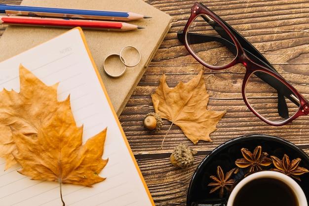 トップビューの秋の机 無料写真