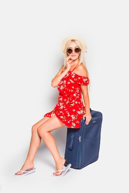 Белокурая туристка позирует с чемоданом Бесплатные Фотографии
