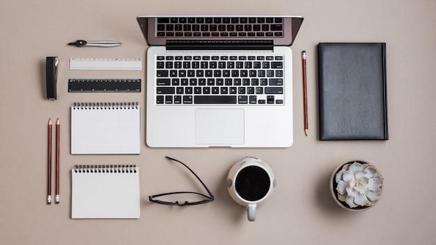 文房具付きの色付きビジネスデスクの平面図 無料写真