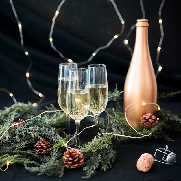 テーブル上に枝を持つシャンパンの眼鏡 無料写真
