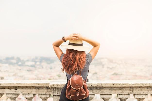 Женский турист на балконе сзади Бесплатные Фотографии