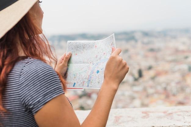 Женский турист, смотрящий на карту Бесплатные Фотографии