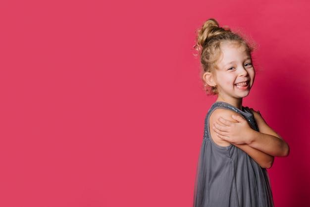 遊び心のある表現の女の子 無料写真