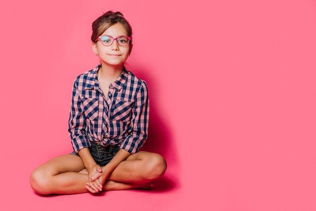 女の子、眼鏡、座る 無料写真