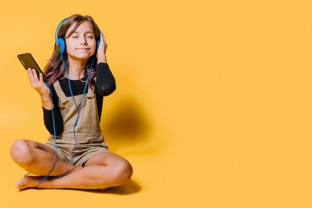 ヘッドフォン付きの少女 無料写真