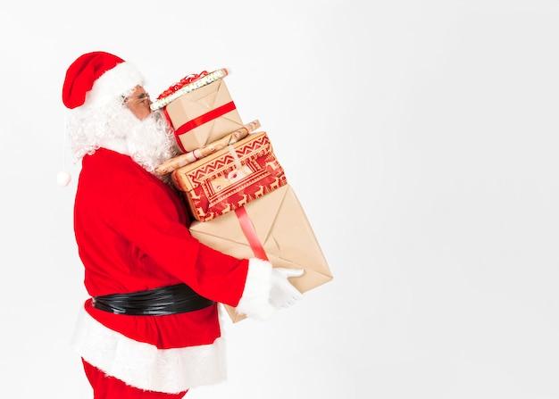 クリスマスプレゼントを持っているサンタクロース 無料写真