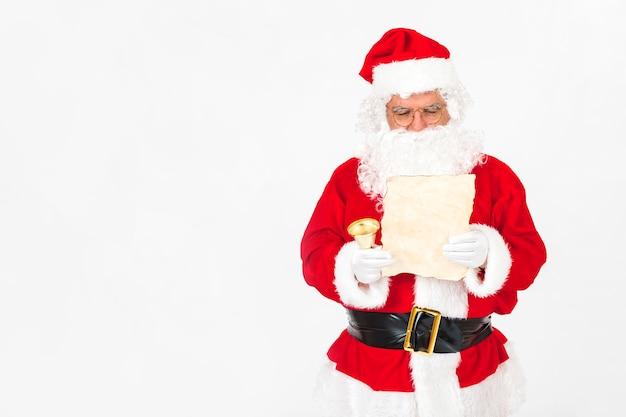 Санта-клаус читает рождественское письмо Бесплатные Фотографии