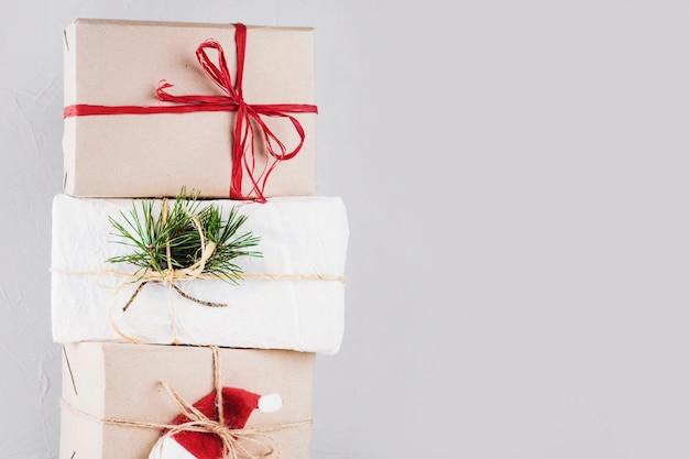 Рождественские коробки, завернутые в крафт-бумагу Бесплатные Фотографии