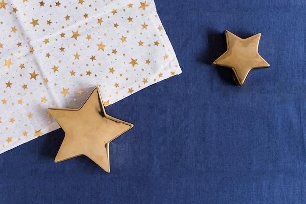 テーブル上にナプキンを持つ輝く星 無料写真
