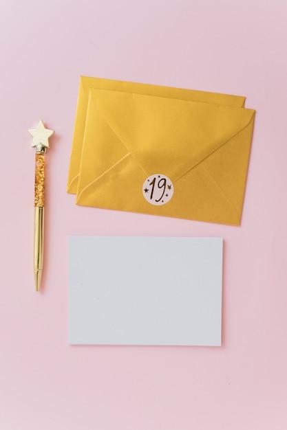ペンと封筒の近くの紙 無料写真