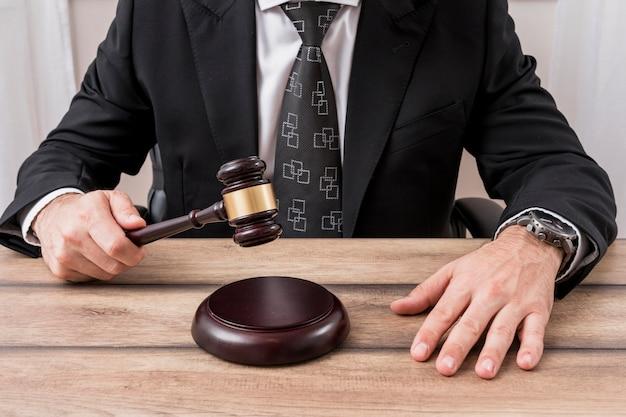 弁護士ハンマーを持つ弁護士 無料写真