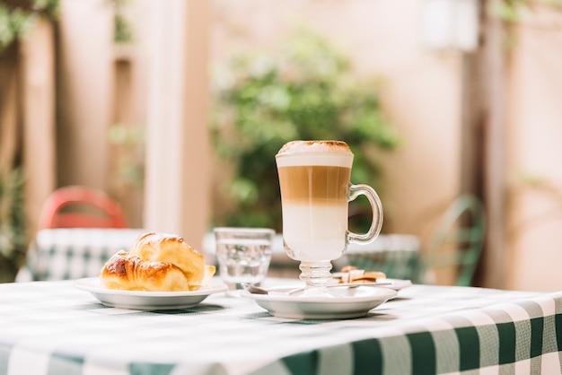 コーヒーとクロワッサンのスナック 無料写真