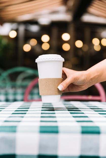 コーヒーをテーブルに置く 無料写真