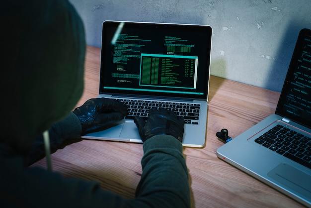 Хакер с ноутбуком Бесплатные Фотографии