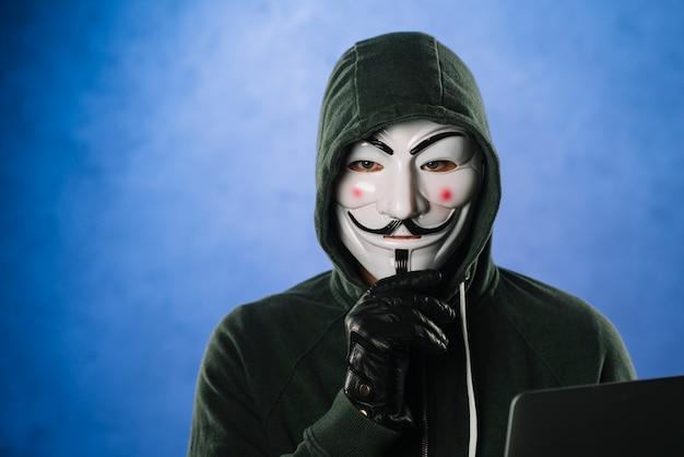 匿名のマスクを持つハッカー 無料写真
