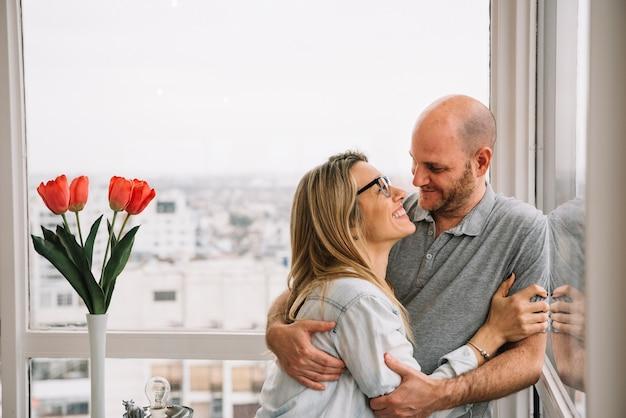 窓の前で恋のカップル 無料写真