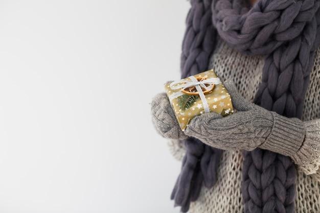 Леди в рукавицах с подарочной коробкой в руках Бесплатные Фотографии