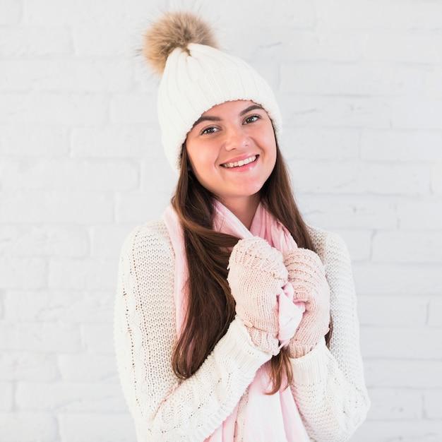 Улыбается привлекательная леди в рукавицах, шляпа и шарф Бесплатные Фотографии