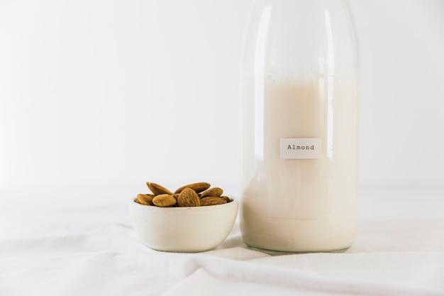 ミルクとナッツのボトル 無料写真