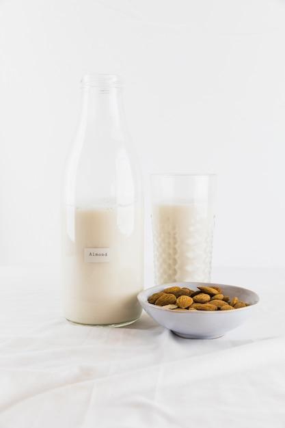 ボトルとナッツ入りミルクガラス 無料写真