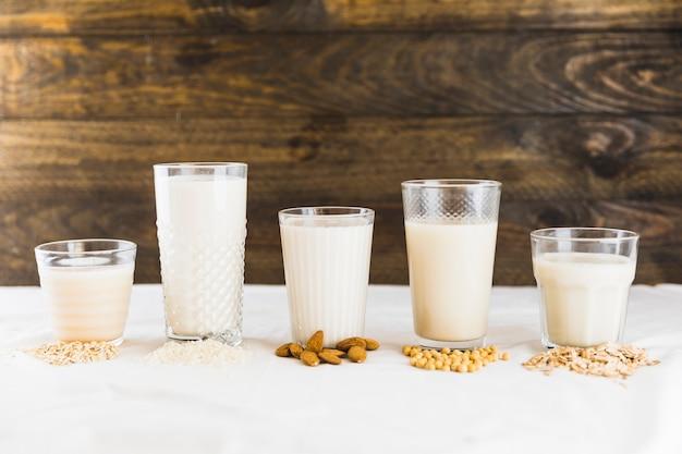 さまざまな種類の牛乳と穀類のミルク 無料写真