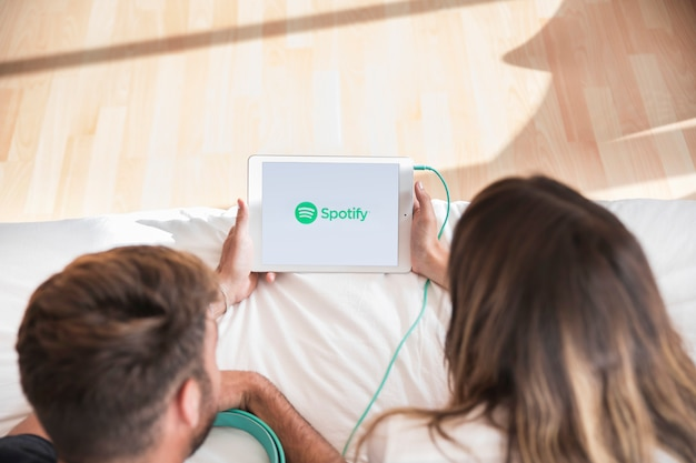 スポットギアのアプリで若いカップルの聴く音楽 無料写真