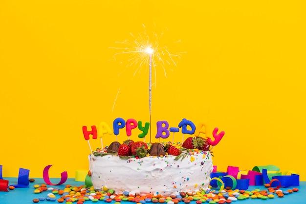 スパークラーのある正面誕生日ケーキ 無料写真