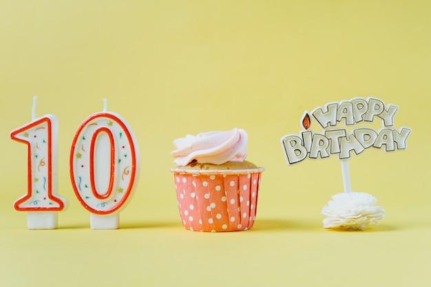 トッパー付き誕生日カップケーキ 無料写真