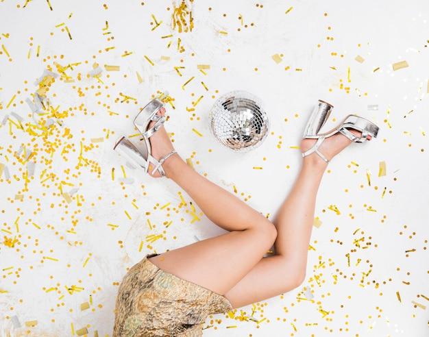 パーティーの床に横たわっている若い女性 無料写真
