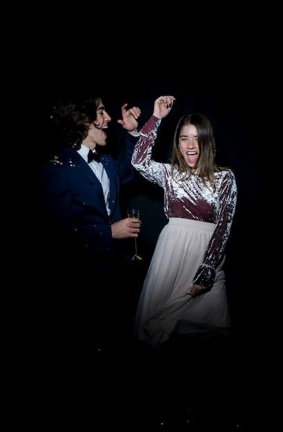 Счастливая пара танцует на вечеринке Бесплатные Фотографии