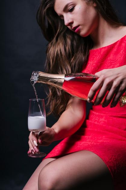 Женщина, наливая шампанское в стекло Бесплатные Фотографии