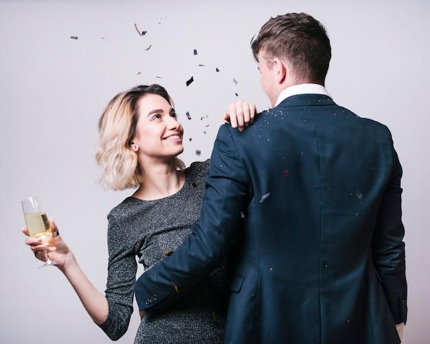 Человек в костюме, глядя на женщину с бокалом шампанского Бесплатные Фотографии